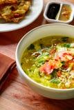 Asiatisk soppa som förläggas på trätabellstilleben Royaltyfri Foto