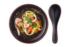 asiatisk soup Soppa i en platta som isoleras på vit bakgrund Havs- soppa med räkor, tomater och tofuost fotografering för bildbyråer