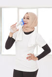 Asiatisk sportig kvinna som dricker mineralvatten efter genomkörare Arkivbilder