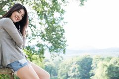 asiatisk ståendekvinna ung kvinnlig vuxen människa med det beträffande naturliga sminket Fotografering för Bildbyråer