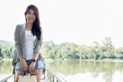 asiatisk ståendekvinna ung kvinnlig vuxen människa med det beträffande naturliga sminket Royaltyfri Bild