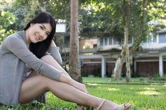 asiatisk ståendekvinna ung kvinnlig vuxen människa med det beträffande naturliga sminket Arkivfoton