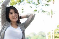 asiatisk ståendekvinna ung kvinnlig vuxen människa med det beträffande naturliga sminket Royaltyfri Foto