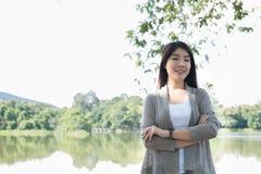 asiatisk ståendekvinna ung kvinnlig vuxen människa med det beträffande naturliga sminket Royaltyfria Bilder