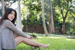 asiatisk ståendekvinna ung kvinnlig vuxen människa med det beträffande naturliga sminket Arkivfoto
