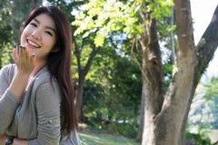 asiatisk ståendekvinna ung kvinnlig vuxen människa med det beträffande naturliga sminket Royaltyfria Foton