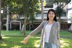 asiatisk ståendekvinna ung kvinnlig vuxen människa med det beträffande naturliga sminket Arkivbilder