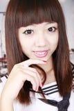 asiatisk ståendeschoolgirl Royaltyfri Foto