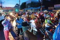 Asiatisk stad, trafikstockning på natten Arkivfoto