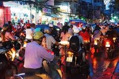 Asiatisk stad, trafikstockning på natten Royaltyfri Bild