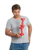 Asiatisk stark man som balanserar hantlar Arkivbild