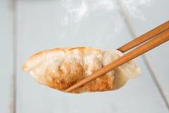 Asiatisk stekte klimpar för kokkonst panna Royaltyfri Foto