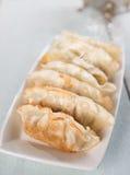 Asiatisk stekte klimpar för mat panna Fotografering för Bildbyråer