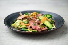 Asiatisk stil för nötköttsallad arkivbild