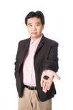 Asiatisk stilig man med tangenterna av hans nya bil som isoleras på whi Arkivbilder