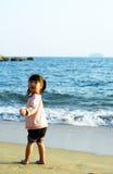 asiatisk strandflickasolnedgång Arkivbild