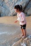 asiatisk strandflickasolnedgång Arkivbilder