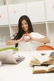 Asiatisk student som meddelar Arkivbild