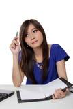 Asiatisk student som ser upp för inspiration Royaltyfri Fotografi