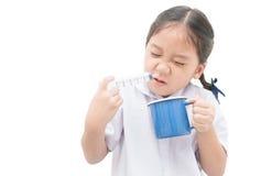 Asiatisk studentflicka som spolar hennes näsa med injektionssprutan och saltdam Royaltyfria Foton
