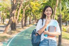 Asiatisk studentflicka tillbaka till skolauniversitetet royaltyfri foto
