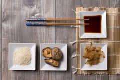 Asiatisk tabell med ingredienser och pinnar arkivbilder