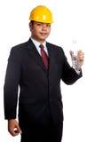 Asiatisk teknikermanhåll en flaska av dricksvatten Arkivbilder