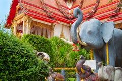 Asiatisk tempelträdgård med elefantstatyn Arkivbild