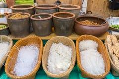 Asiatisk thai nudel med bunken av chilicitron och vitlök arkivbilder