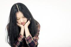 Asiatisk tonåring som är ledsen med huvudet i händer Arkivfoton