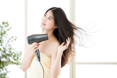 Asiatisk tork för skönhetkvinnahår till uttorkninghår efter dusch royaltyfri foto