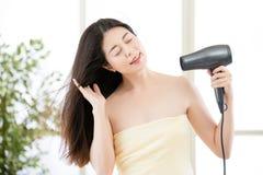 Asiatisk tork för skönhetkvinnahår till uttorkninghår efter dusch arkivbilder