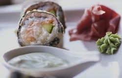 Asiatisk traditionell disk av specialitetrullar och sushi Royaltyfri Fotografi