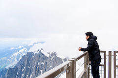 Asiatisk turist- blick på den Mont Blanc massiven Royaltyfria Foton
