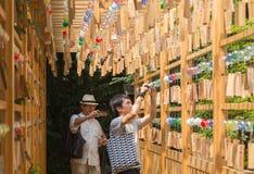 Asiatisk turist som tar bilder på festivalen för vindChime i Kawagoe, arkivfoto