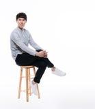 Asiatisk ung affärsman i studio Royaltyfri Fotografi