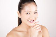 Asiatisk ung härlig kvinna med prickfritt le för hy royaltyfri fotografi