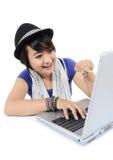 Asiatisk ung kvinna med bärbara datorn Arkivfoton