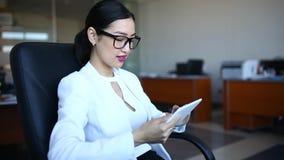 Asiatisk ung kvinna med minnestavlan stock video