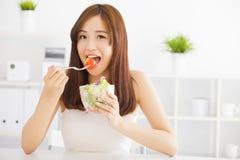 Asiatisk ung kvinna som äter sund mat Royaltyfri Fotografi