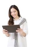 Asiatisk ung kvinna som använder blocket arkivbild