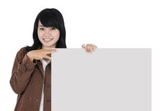 Asiatisk ung kvinna som bär ett tomt papper Arkivfoto