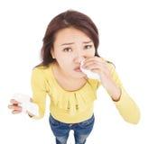Asiatisk ung kvinna som har den rinnande näsan med silkespapper fotografering för bildbyråer