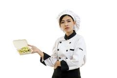 Asiatisk ung kvinna som rymmer ett mataskpapper med äggsallad Arkivbild