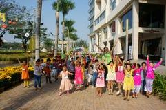 Asiatisk unge, utomhus- aktivitet, vietnamesiska förskole- barn Arkivfoto