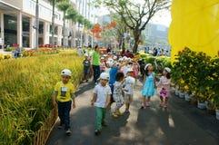 Asiatisk unge, utomhus- aktivitet, vietnamesiska förskole- barn Arkivbild