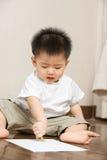 asiatisk upptagen teckningslitet barn royaltyfri foto