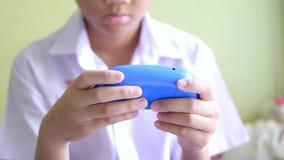 Asiatisk videospel för barnpojkelek i vardagsrum lager videofilmer