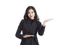 Asiatisk visning för affärskvinna och framlägga något royaltyfri fotografi