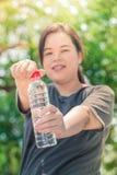Asiatisk vit fettig kvinna för kondition med dricksvatten royaltyfri fotografi